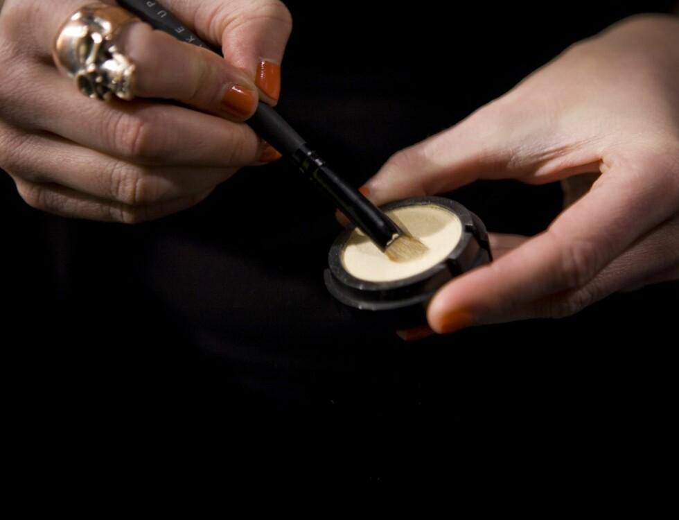 Hanna anbefaler deg å plukke opp bra med produkt fra øyeskyggen og deretter presse den mot håndbaken for å jobbe fargen godt inn i sminkekosten.  Foto: Per Ervland