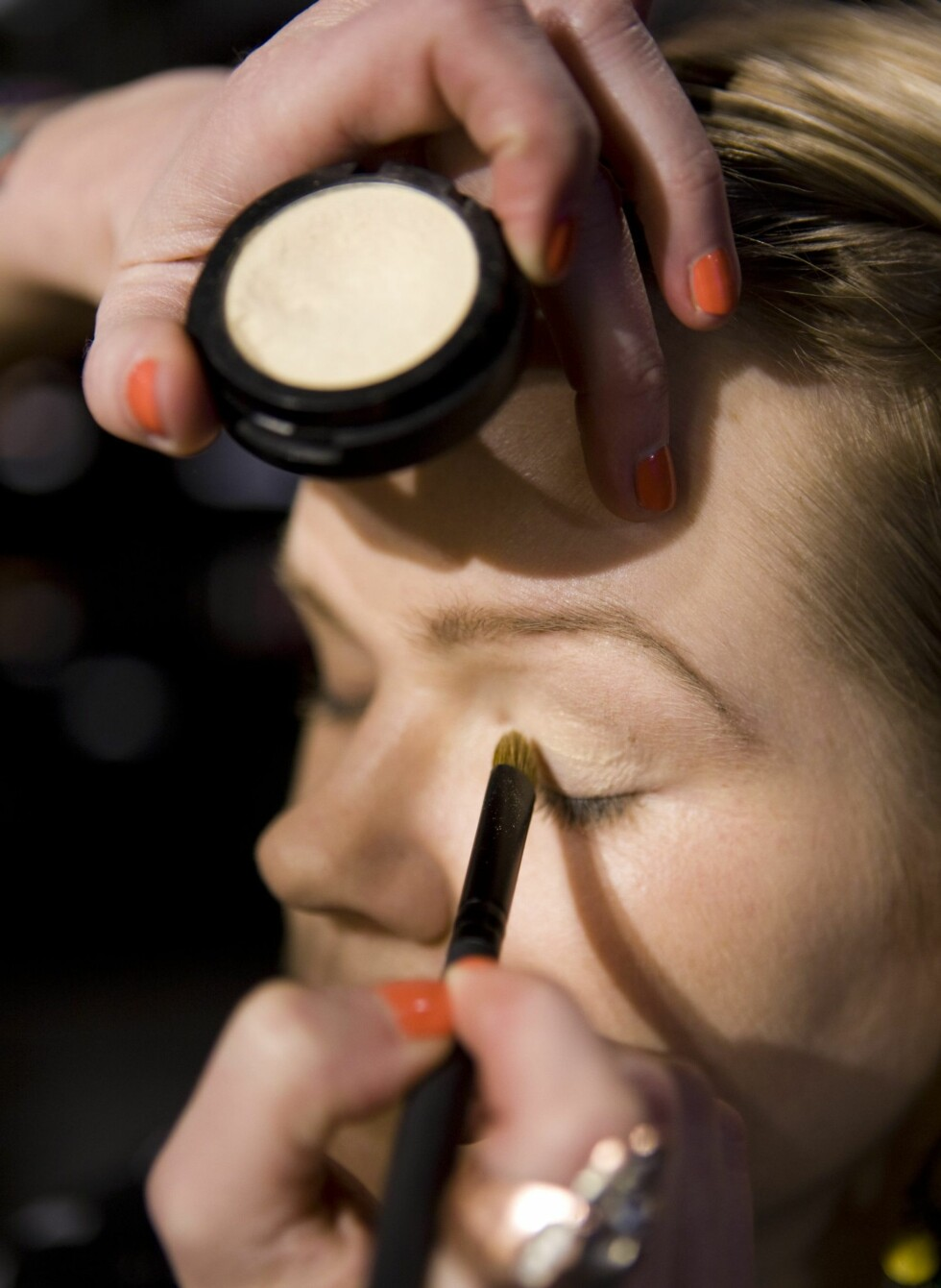 Først legger hun den lyse fargen, Take Off, over hele øyelokket. Fra vippekanten og helt opp til brynet. Foto: Per Ervland