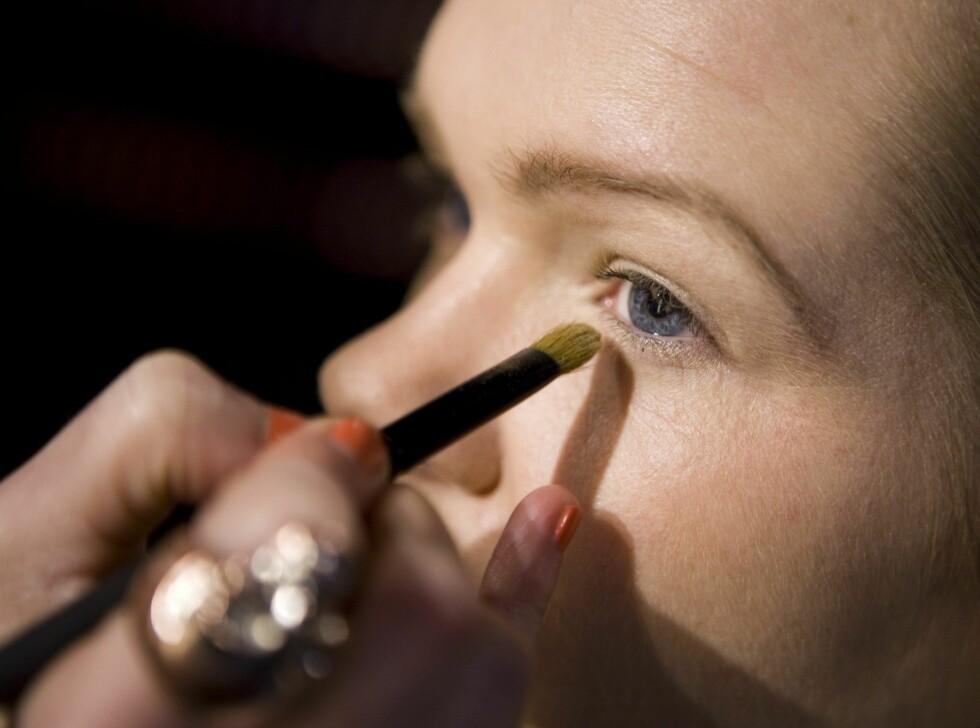 Deretter legger hun den samme fargen også under nedre vippekant, fra ytre til indre øyekrok. Foto: Per Ervland