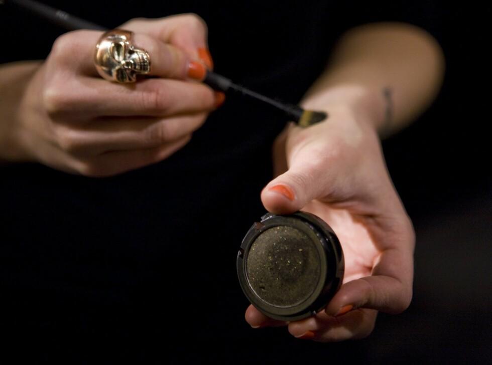 Press den mørke øyeskyggen, Jubilee, godt inn i sminkekosten. Foto: Per Ervland