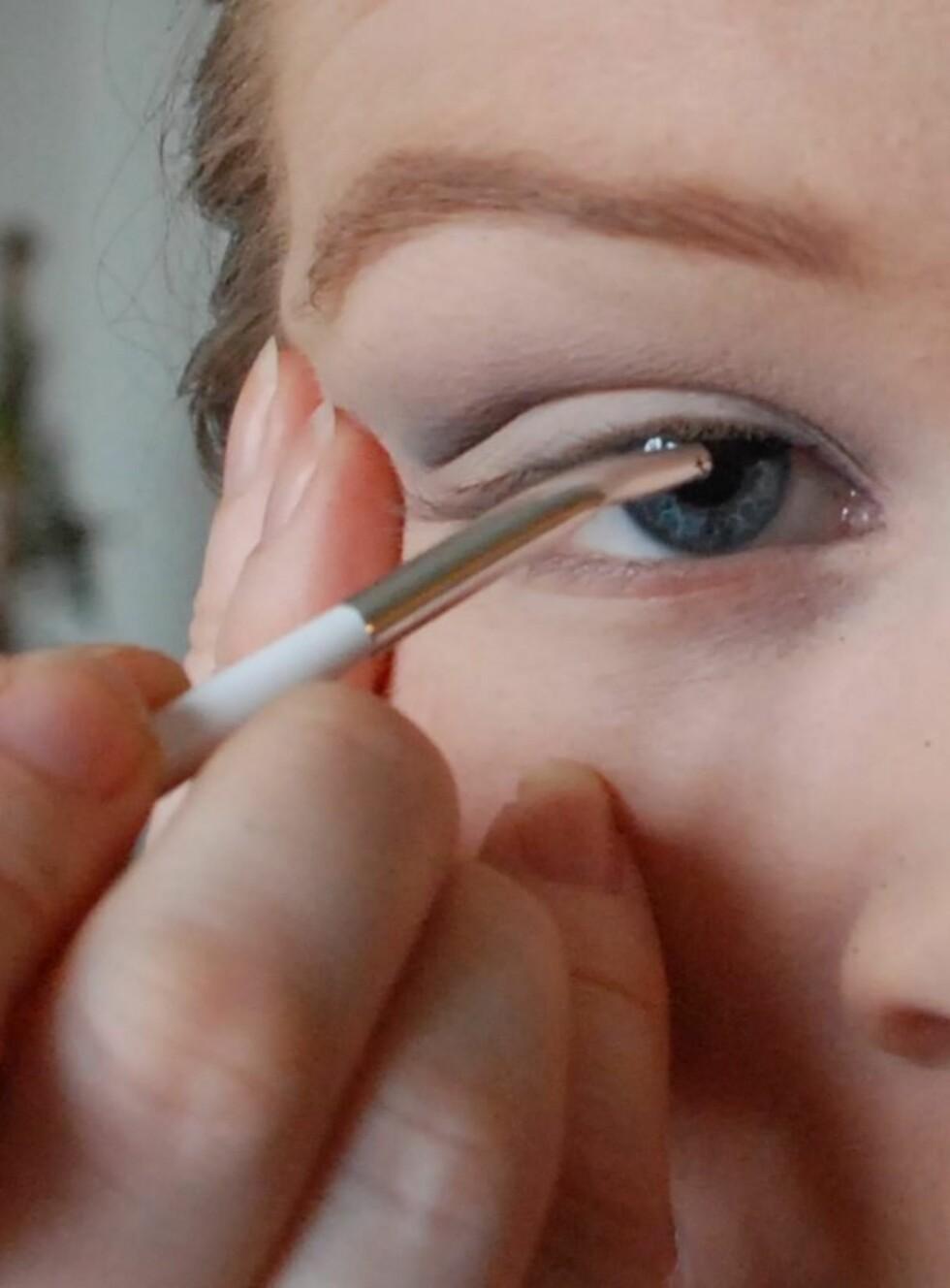<strong>TRINN 1:</strong> Begynn ved indre øyekrok og tegn en tynn strek langs øvre vippekant. Ved å ha speilet litt lavere enn øyet og kikke ned i det, blir det lettere å tegne streken siden du kan ha øyet åpent. Dette er spesielt viktig når du tegner opp streken nærmest indre øyekrok. Lukk gjerne øyet når du nærmer deg ytre øyekrok. Jobb hele tiden med små, korte bevegelser, da er det enklere å unngå feil.  Foto: Aina Kristiansen/Pudderkvastrabagast.com