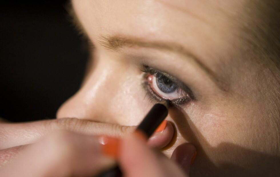 <strong>HARDT:</strong> Å bruke en svart eyeliner rundt hele øyet gir deg ikke bare et dramatisk, hardt uttrykk på sminken –det gjør at øynene ser mindre ut også.  Foto: Per Ervland