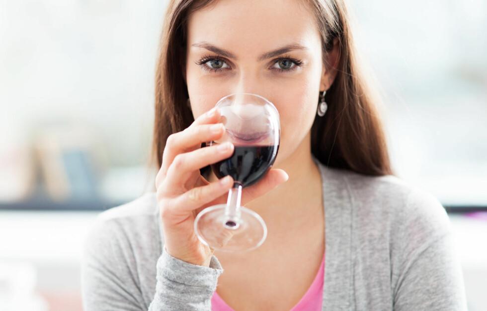 ALKOHOL: En nys tudie viser at regelmessig inntak kan økerisikoen for hudkreft, ettersom alkoholen gjør huden mindre motstandsdyktig mot UV-stråler og sollys. Foto: Edyta Pawlowska - Fotolia