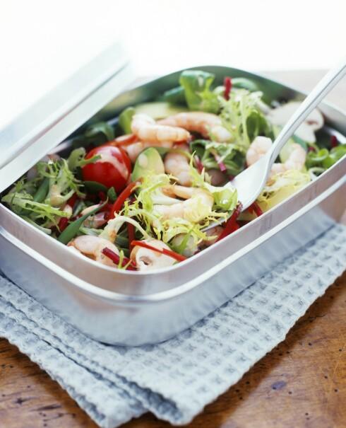 SALAT TIL LUNSJ: Fyll matboksen med favorittsalaten din, men husk litt proteiner - for eksempel reker. Foto: All Over Press