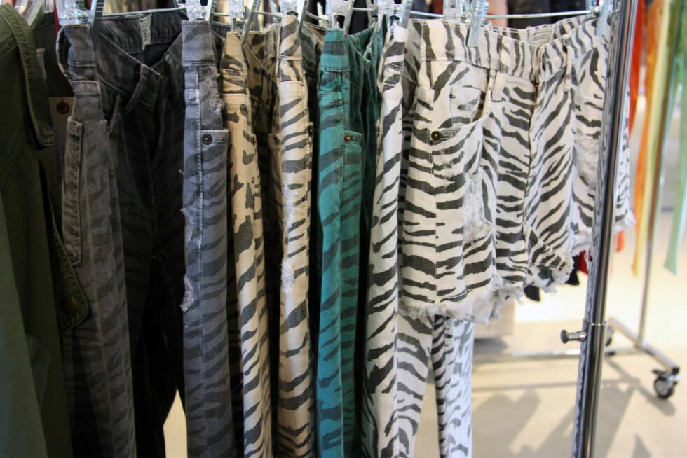 I FLERE FARGER: De sebramønstrede buksene kommer i flere farger, som svart, hvitt, grått og grønt (ca kr.2000). Foto: Tone Ra Pedersen