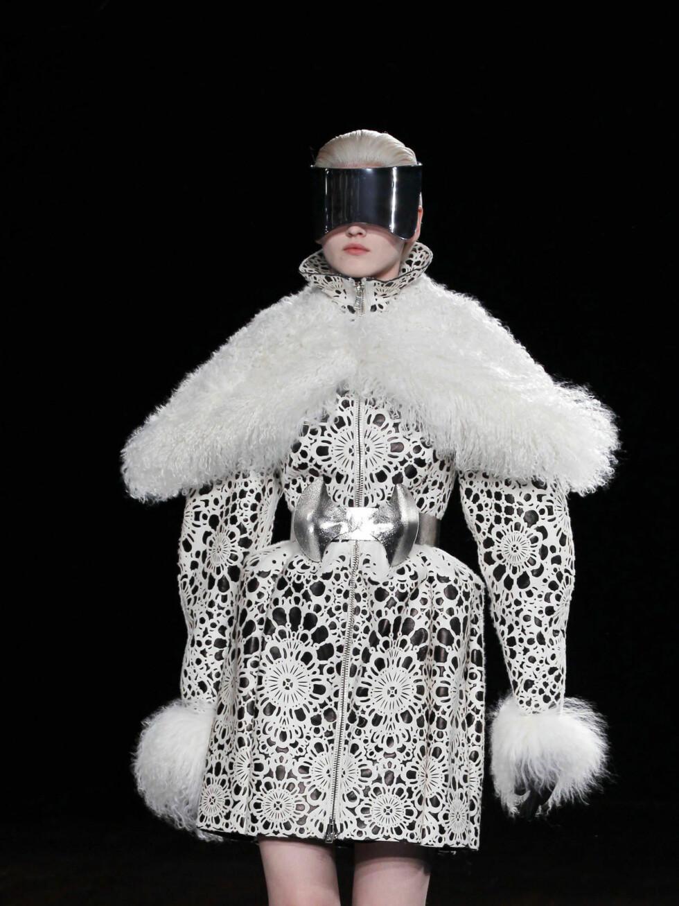 Cyberspace møter nostalgi med dette antrekket fra Alexander McQueen. Foto: All Over Press