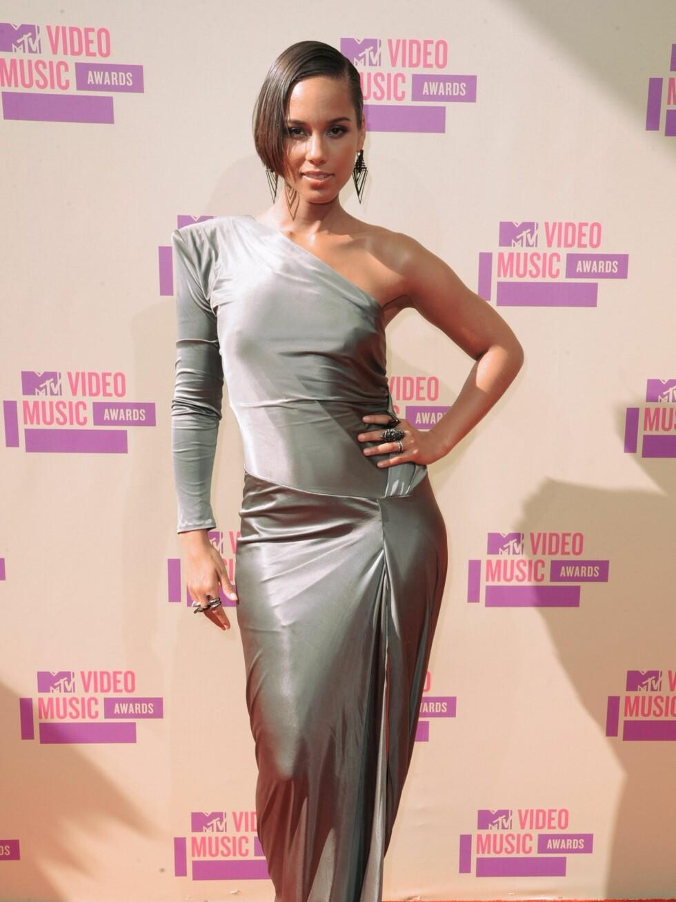 Sangerinne Alicia Keys strålte i en metallisk, asymmetrisk kreasjon.  Foto: All Over Press