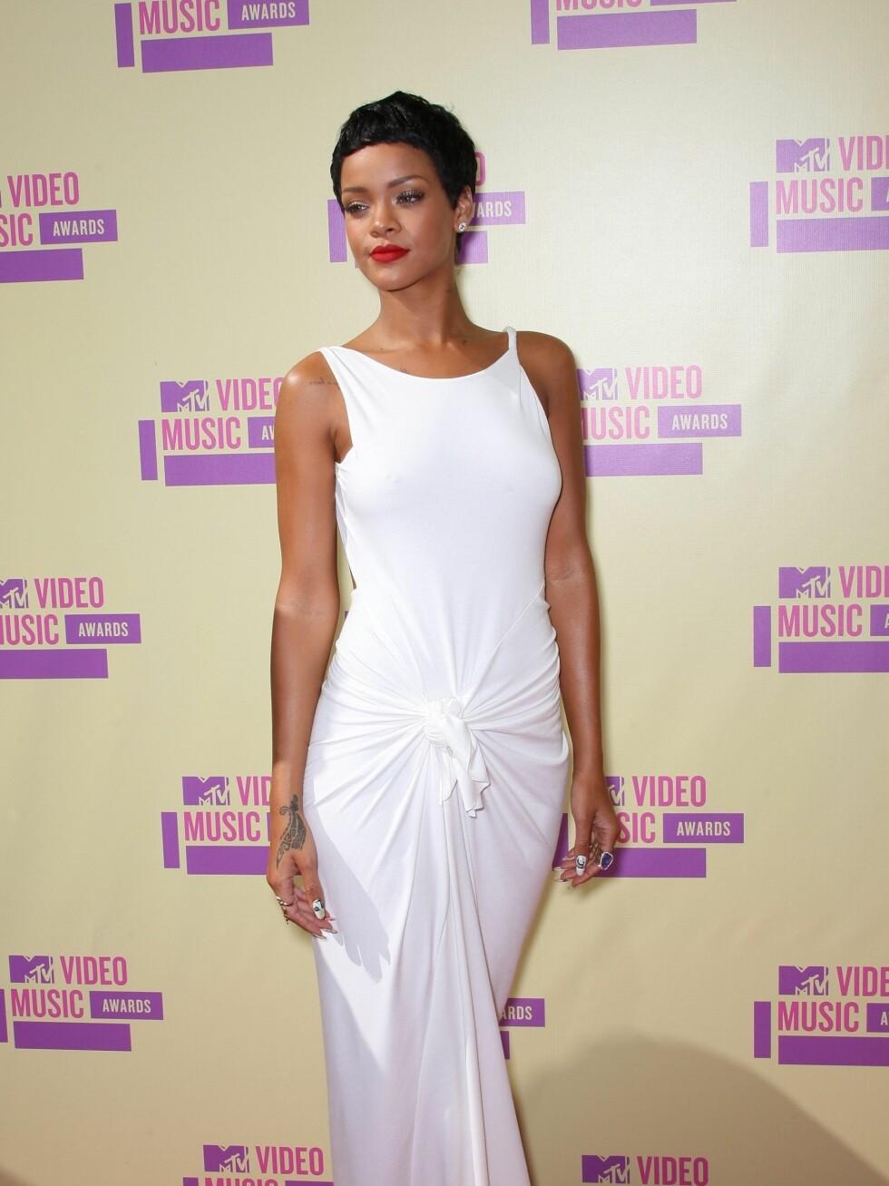 Rihanna strålte som alltid i hvitt, med røde lepper.  Foto: All Over Press