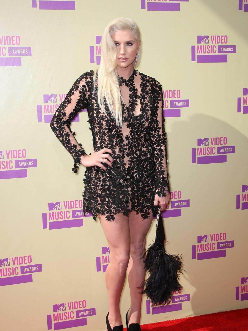 Popstjerne Kesha ankom VMAs i gjennomsiktige blomsterinspirerte blonder.  Foto: All Over Press