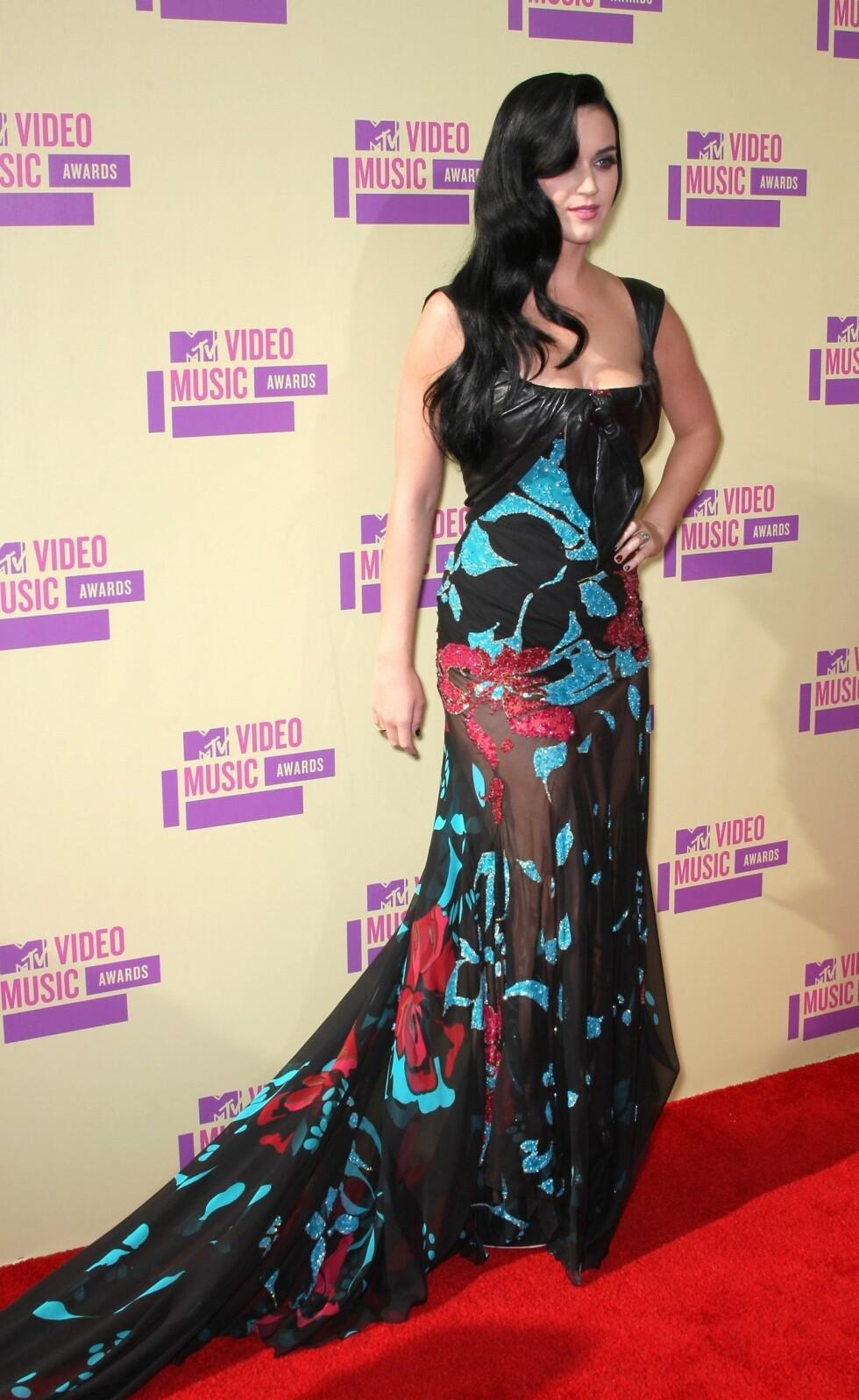 Katy Perry i en lekker kjole med skinndetaljer på skuldre og byste signert Elie Saab. Foto: All Over Press