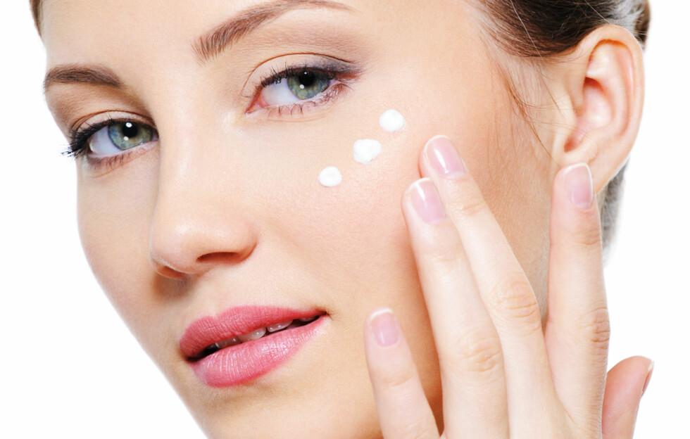 IKKE BRUK FOR MYE: Det gjelder å bruke bare akkurat nok til å dekke huden med et tynt, lett lag. Påfør øyekremen på øyebeinet, ikke for nærme øyet – da kan det svi og gi deg allergiske reaksjoner.  Foto: Thinkstock