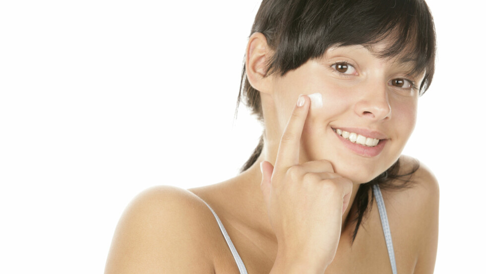 FOR TIDLIG? Om du har en ung og sunn hud, kan du faktisk gjøre den mer sensitiv og mottakelig for miljøskader ved å begynne med antialdringsprodukter for tidlig. Bruk heller pengene dine på solbeskyttelse og hudpleie som passer best mulig til din hud, råder ekspertene. Foto: studiovespa - Fotolia