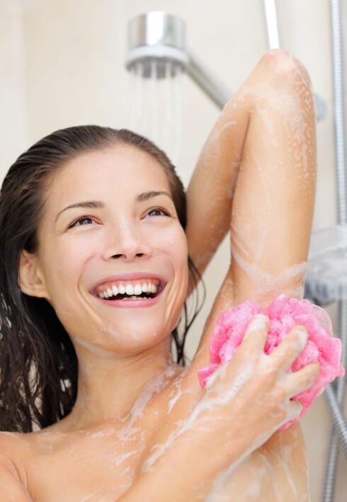 SKRU NED TEMPERATUREN: Varmt vann og såpe tørker ut huden, så velg mildere renseprodukter og senk temperaturen på vannet litt når du vasker ansiktet. Også den varme dusjen eller badet gjør at huden tørker ut, så vær spesielt forsiktig nå om vinteren. Foto: Ariwasabi - Fotolia