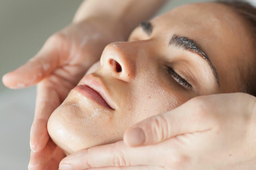 <strong>EKSFOLIERING:</strong> Du bør eksfoliere huden én til to ganger i uka. Da får du en generelt bedre hudkvalitet, samt at produktene du bruker vil gi større effekt. Foto: REX/Garo/Phanie/All Over Press