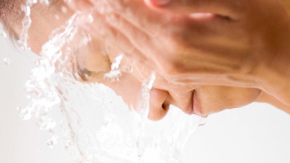 IKKE NOK: Vann er ikke nok til å fjerne sminkerester og overflatesmuss fra huden, forklarer eksperten. Foto: amana images inc. / Alamy/All Over Press