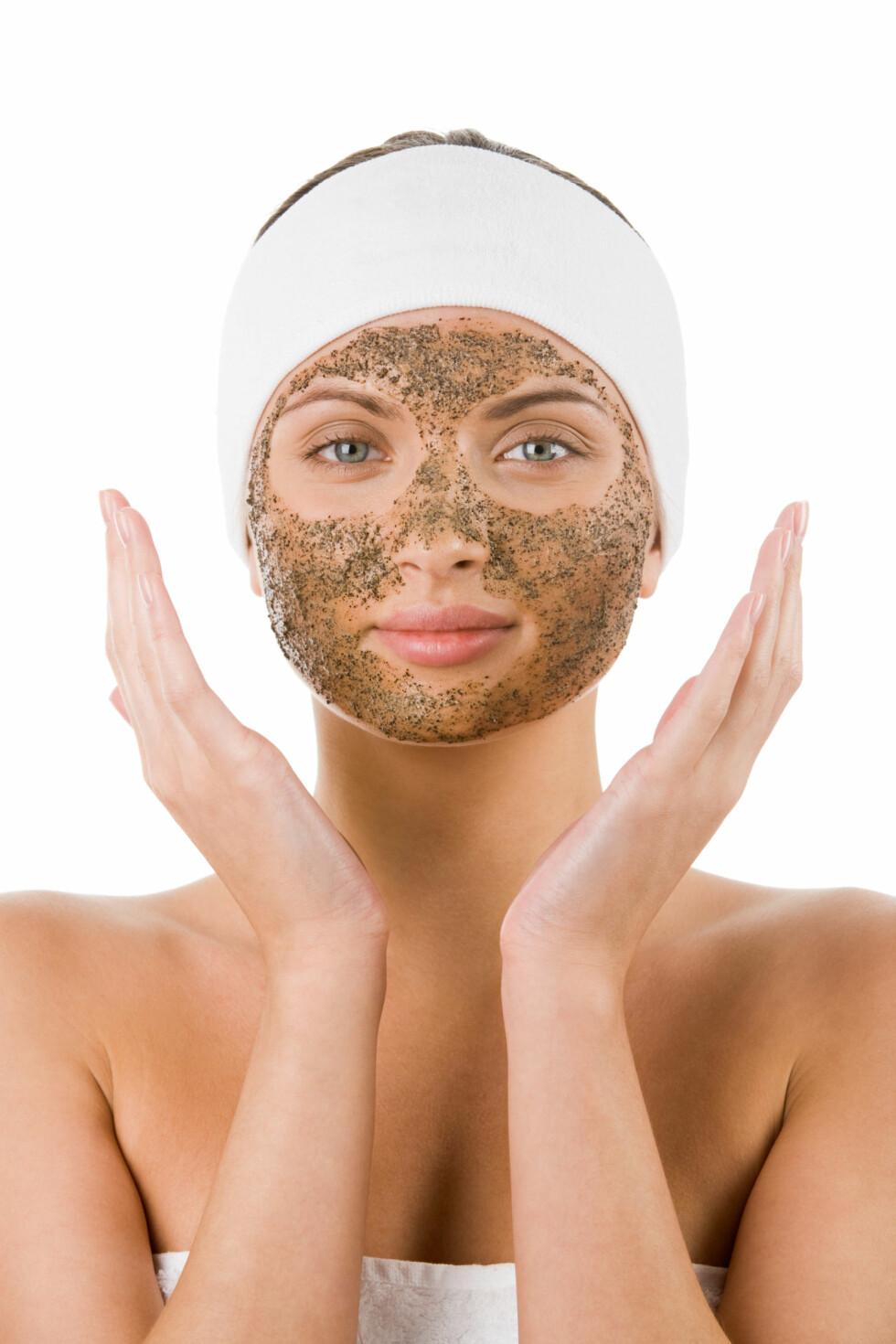 VELG RIKTIG TYPE: Du bør kjenne din egen hudtype og vite hva slags resultat du ser etter før du velger type peeling. Mekanisk, kjemisk eller enzympeeling har alle sine fordeler og ulemper, men den riktige kombinasjonen kan gi deg vakrere hud. Foto: pressmaster - Fotolia