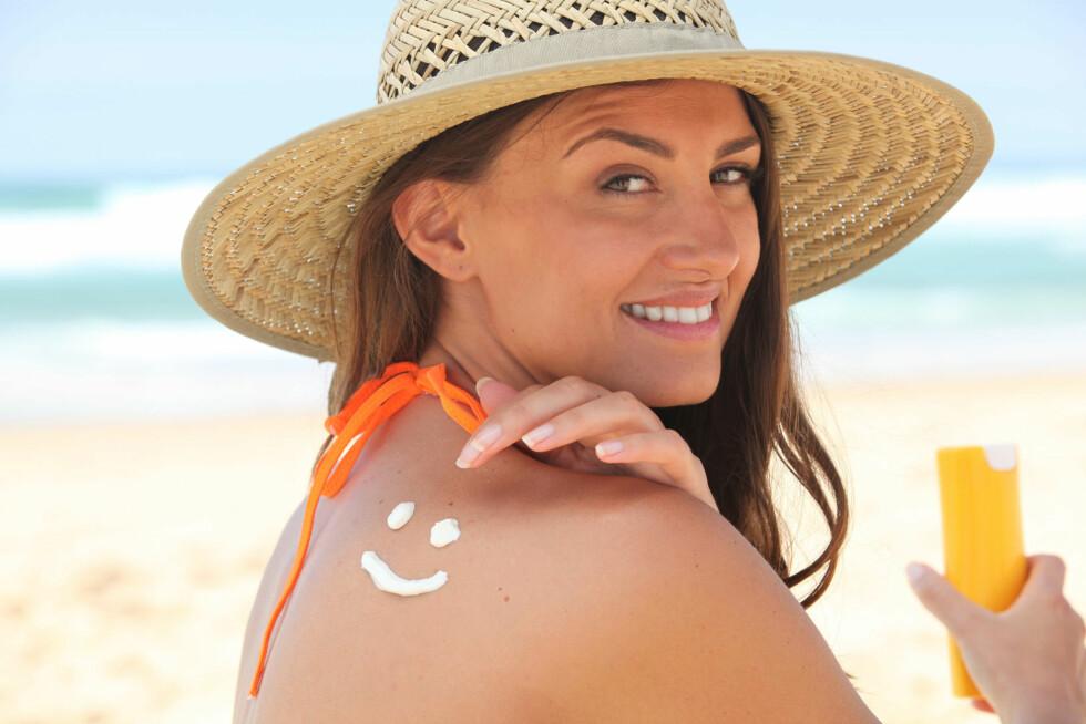 HUSK SOLKREM: Det er viktig at du påfører krem med solfaktor på ALL eksponert hud, også på nakken, brystet, ørene og ved hårfestet. Foto: PantherMedia / Phovoi R.