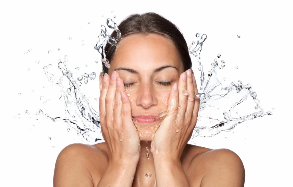 IKKE RENGJØR FOR OFTE: Renser du huden for ofte, vil du tørke den ut.  Foto: Vitalij Geraskin - Fotolia