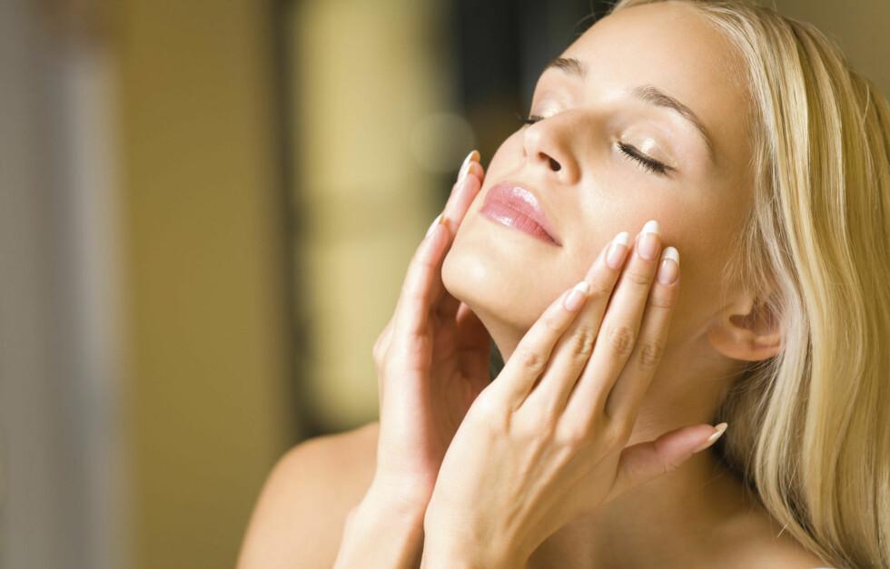 PEELING: Ifølge tidligere supermodell Emma Wiklund kan det å bruke en ansiktspeeling én til to ganger i uken gjøre underverker for huden din.  Foto: Thinkstock.com