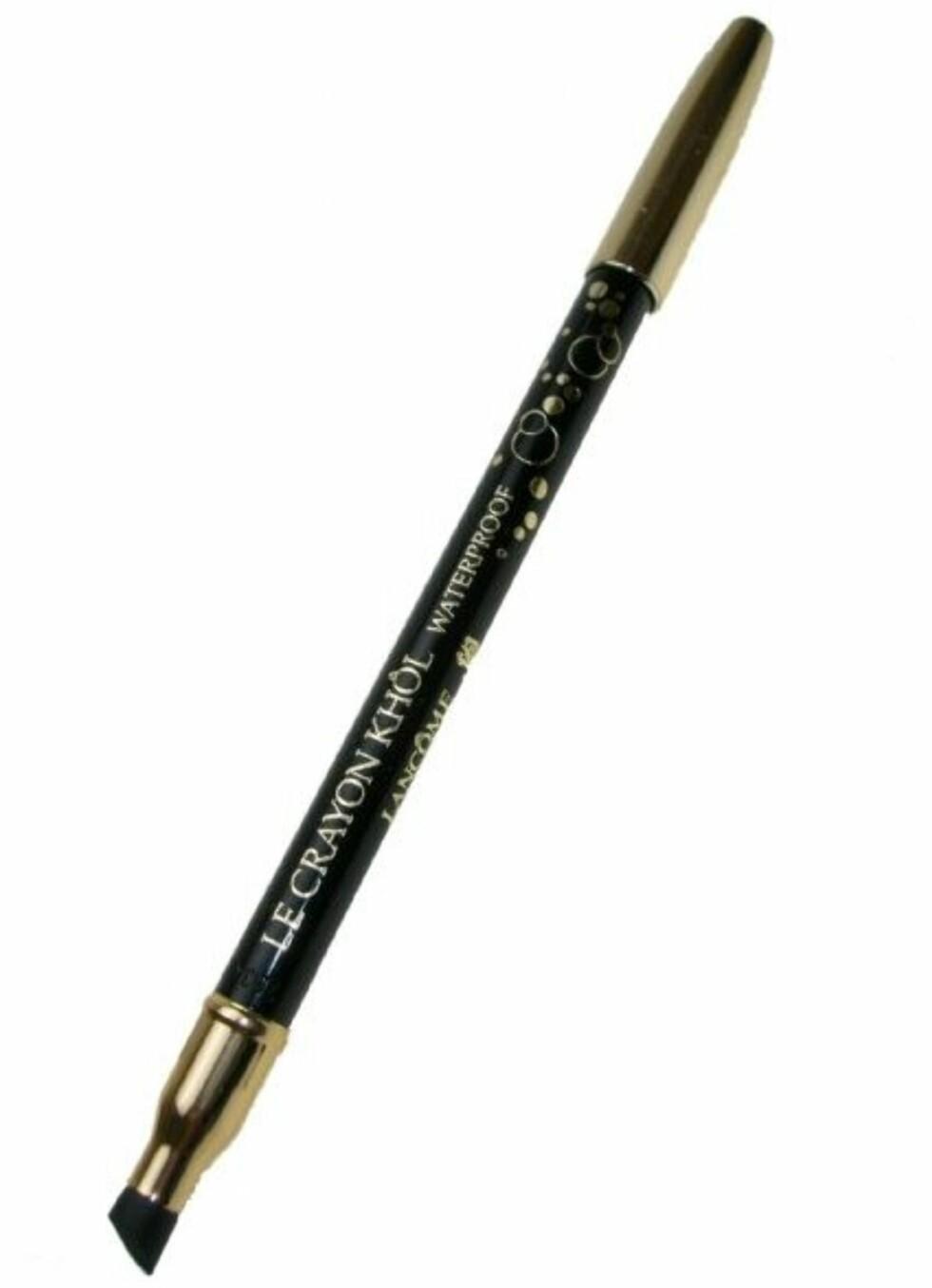 Lancome Le crayon khôl waterproof kajal (blyant) med gummi i den ene enden for å kunne duse ut kajalen hvis du ønsker en sotet effekt. Denne sitter veldig godt, og kan derfor brukes med stort hell også under øyet. Ikke for presise linjer, mer en mer smudgy look. Foto: Produsenten