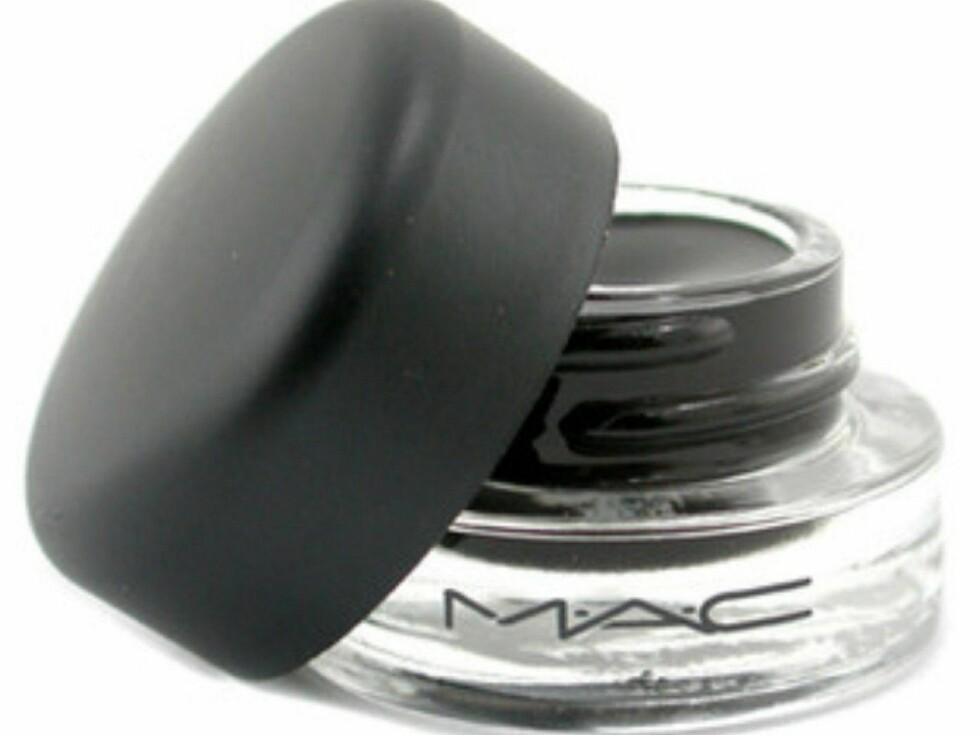 MAC Fluidline finnes i en rekke farger, er enkel å påføre og sitter godt. Bruk den sammen med en eyelinerkost. Denne kan også brukes som øyeskyggebase, så du får to produkter i ett, kr. 160. Foto: Produsenten
