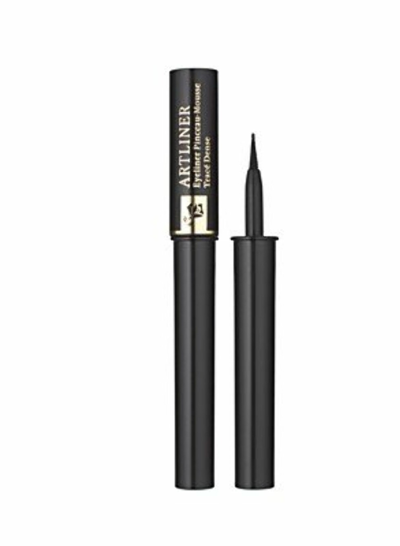 Lancome Artliner har en filtspiss som gjør at man unngå sprikende bust på kosten, samt at man får en jevn fordeling. Den er veldig stødig og enkel å ta på, og anbefales også for deg som er nybegynner innen flytende eyeliner.  Foto: Produsenten