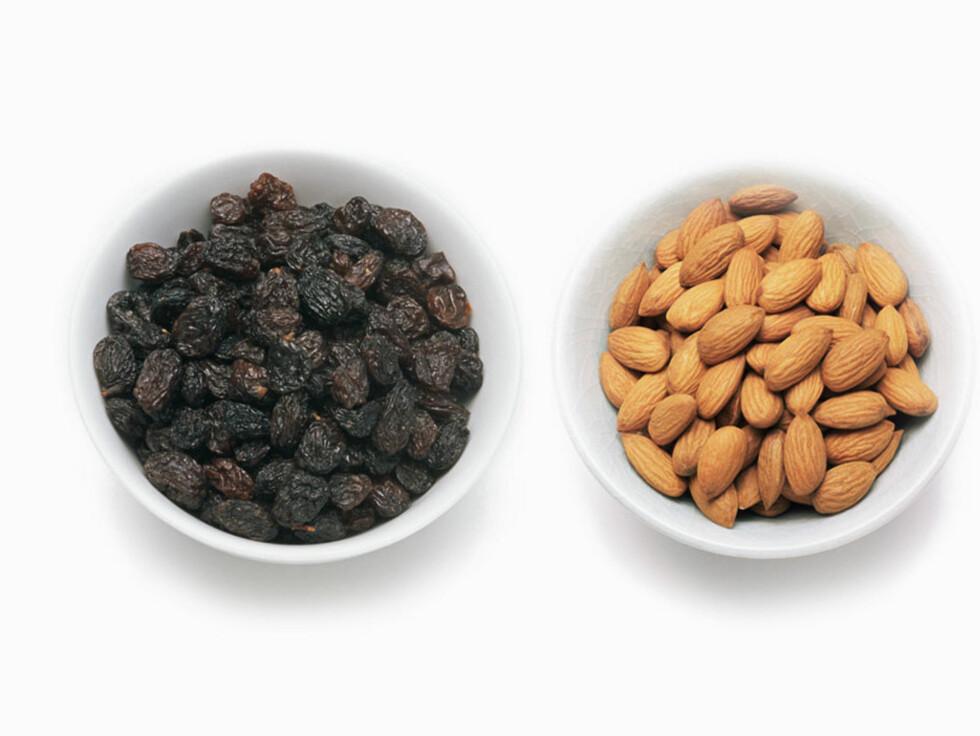 TILBEHØR: Rosiner og mandler er fast tilbehør til gløggen.
