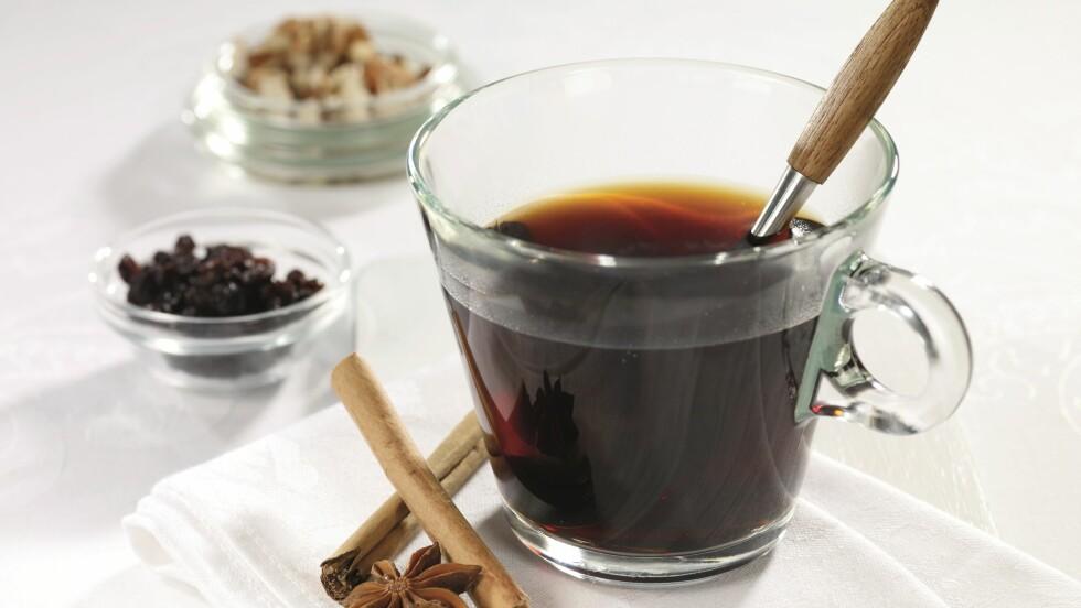 GLØGG = MYE SUKKER: Én kopp gløgg kan faktisk inneholde så mye som 13 sukkerbiter! Sjekk hvordan du enkelt kan lage denne sunnere gløggen, oppskrift fra Grete Roede, lenger nede i saken! Foto: Grete Roede AS
