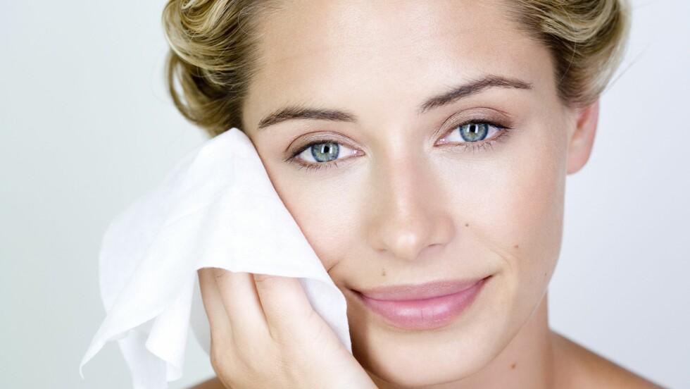 RENS: Rens er noe av det viktigste du gjør når det kommer til hudpleie. Husk at huden bør rensen både morgen og kveld, og renseservietter gir deg ikke en fullverdig rens.  Foto: (c) SELF IMAGES/Photononstop/Corbis/All Over Press