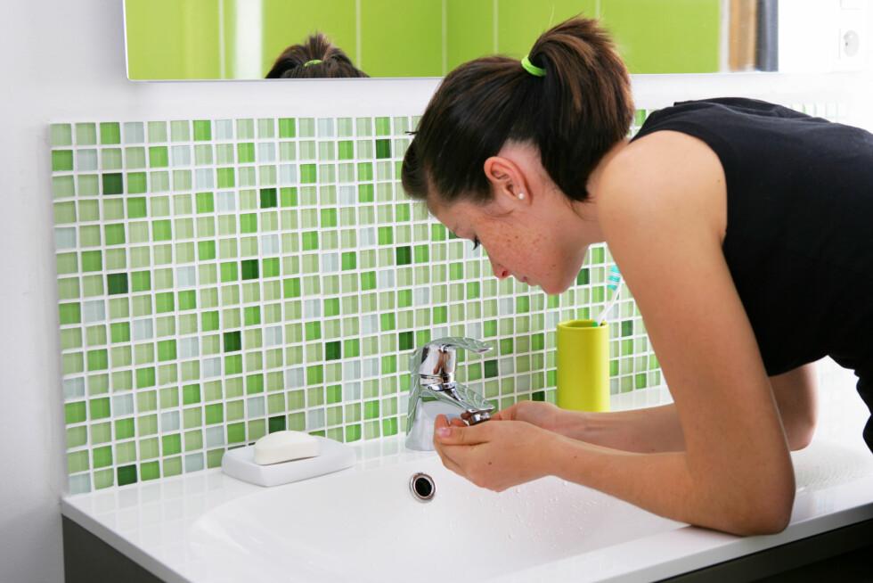 <strong>HUDPLEIERUTINER:</strong> Det beste du kan gjøre for å unngå urenheter er å forebygge - det gjelder rens morgen og kveld, tilføring av fuktighet og en god skrubb 1-2 ganger i uken. Foto: Agence DER - Fotolia