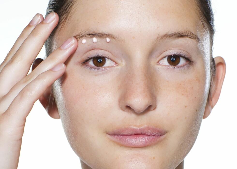 TRINN 1: De fleste kremer skal kun legges på øyebeinet, både over og under øyet. Huden på lokket og under øynene tar til seg det den trenger. Dette bildet er tidligere publisert i forbindelse med KKs Sminkeskole i KK utgave 35. Foto: Astrid Waller