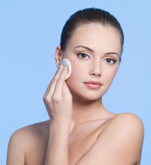 <strong>RENS:</strong> Husk å rense huden ordentlig hver eneste dag i tillegg til peeling 1-2 ganger i uka.  Foto: Getty Images/iStockphoto