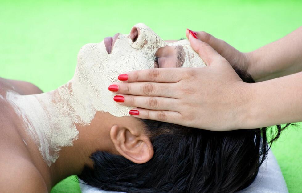 <strong>VELG RIKTIG TYPE:</strong> Du bør kjenne din egen hudtype og vite hva slags resultat du ser etter før du velger type peeling. Mekanisk, kjemisk eller enzympeeling har alle sine fordeler og ulemper, men den riktige kombinasjonen kan gi deg vakrere hud.  Foto: Thinkstock