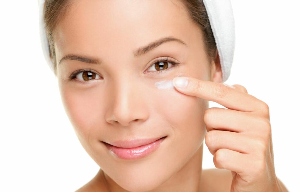 ØYEKREM FOREBYGGER RYNKER: Huden rundt øynene dine er tynnere og mer sensitiv enn huden i resten av ansiktet. Derfor kan det lønne seg å begynne å bruke en øyekrem fra du er i 20-årene.  Foto: Ariwasabi - Fotolia