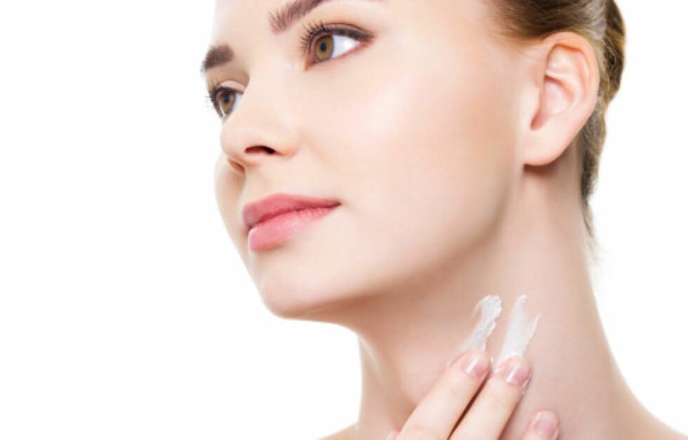 <strong>SE YNGRE UT:</strong> Ved å rense, pleie og beskytte halsen og brystpartiet, kan du beholde den ungdommelige looken i mange år til. Unngå «kalkunhals» og kreppapirhud på brystet ved å beskytte deg mot sol og forurensing hele året, skrubbe jevnlig og smøre godt.  Foto: Getty Images/iStockphoto