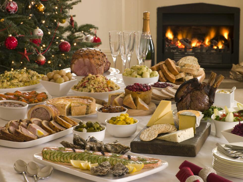 UVANT MAT: I jula spiser og drikker vi mye som vi ellers ikke gjør. Dette gjør at blodsukkeret vårt blir ustabilt og hos mange skaper dette søtsug.  Foto: Colourbox