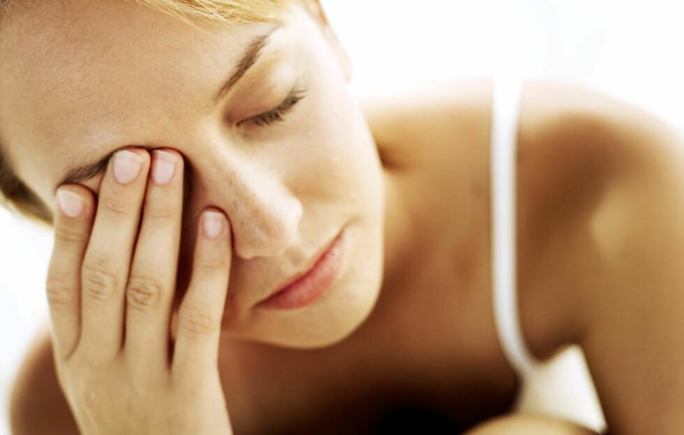 <strong>FINN DEN EGENTLIGE ÅRSAKEN:</strong> Selvsagt kan mørke ringer sminkes bort, men det løser jo ikke problemet. Foto: Thinkstock.com