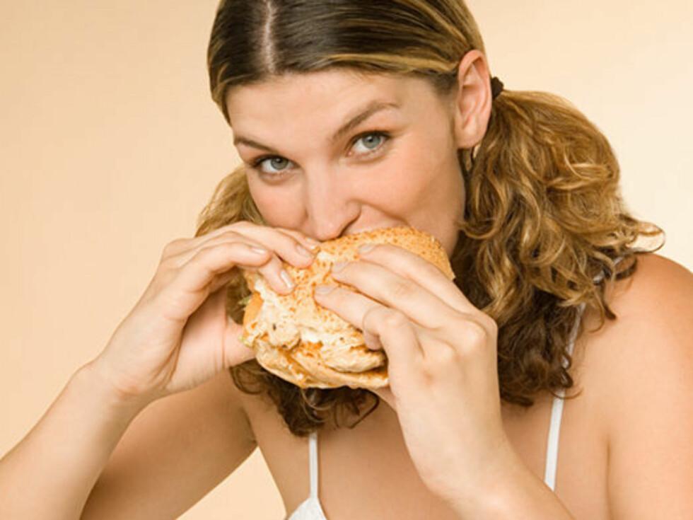 JUNK TIL KVELDS: Ja, visst smaker det godt med en stor og deilig cheeseburger. Men fet og kaloririk mat er ikke det du burde gå for på kveldstid.