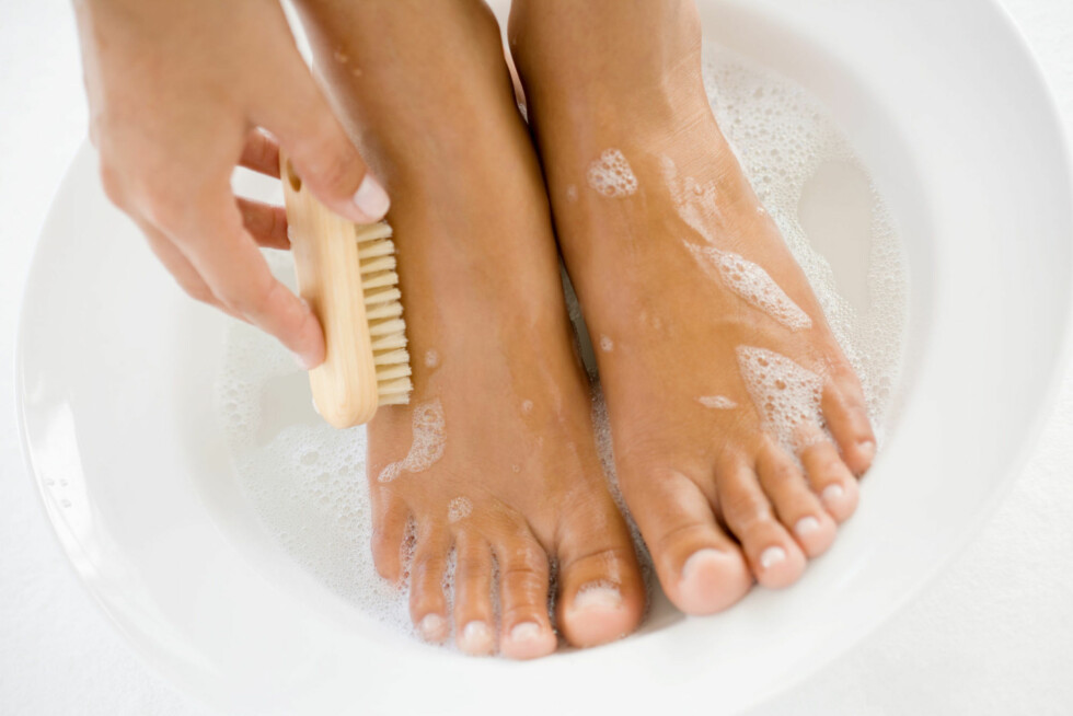 <strong>SKRUBB GODT:</strong> Du må ikke glemme føttene, anklene, knærne og albuene når du forbereder huden før selvbruning.  Foto: Thinkstock.com