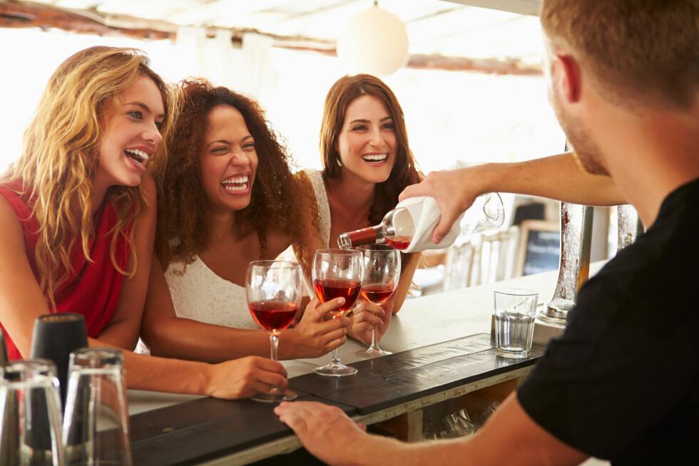 ALKOHOL: Å drikke mye og/eller ofte, er slettes ikke bra for huden. I tillegg til å dehydrere den, får du også dårligere søvnkvalitet når du drikker, noe som igjen gjør huden din skadelidende. Foto: Monkey Business - Fotolia