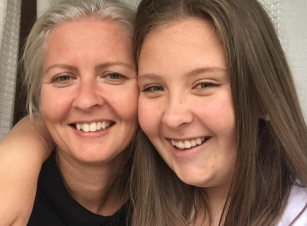 ØNSKER SOMMERJOBB: Karen og mamma Kristin (til venstre) håper hun snart får seg sommerjobb. Foto: Privat