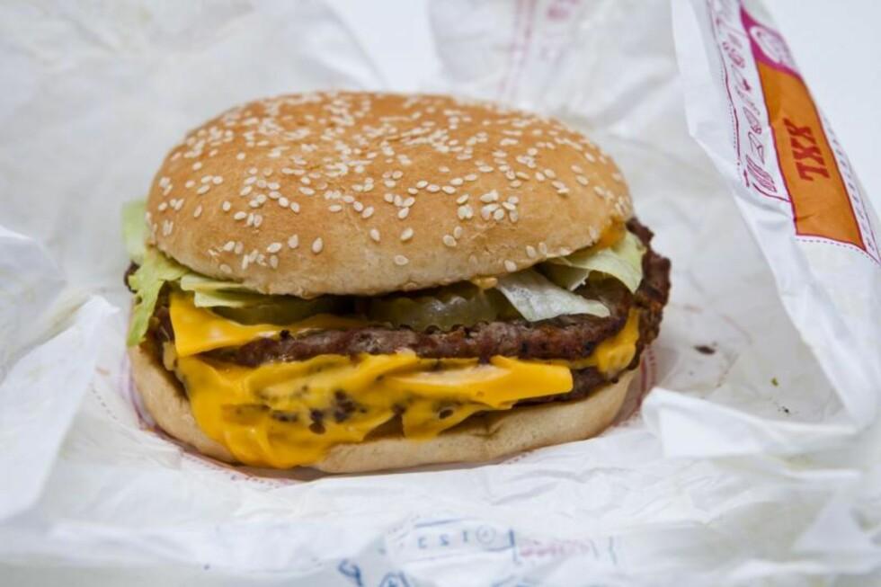 BIG KING XXL: Veier 226 gram og består blant annet av to brød (218,7 kcal), King sauce (114,8 kcal), 46 gram cheddarost (156,8 kcal), og to store burgere (480 kcal).  Foto: Per Ervland