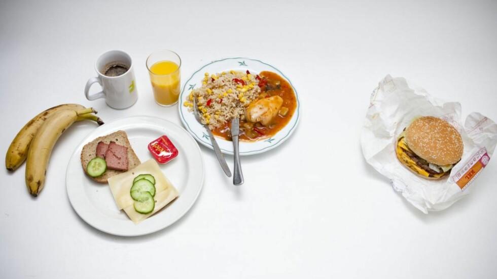BURGER KING - BIG KING XXL:  Summert tilsvarer ALL maten på venstre side av bildet nesten samme antall kalorier som burgeren (Big King XXL).  Foto: Per Ervland