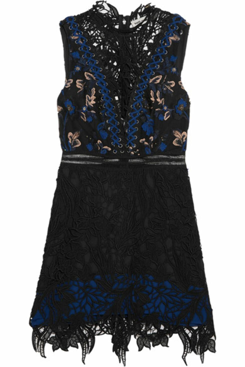 Kjole fra Self-Portrait via Net-a-porter.com | kr 2527 | https://www.net-a-porter.com/no/en/product/746394/self_portrait/clementine-guipure-lace-mini-dress