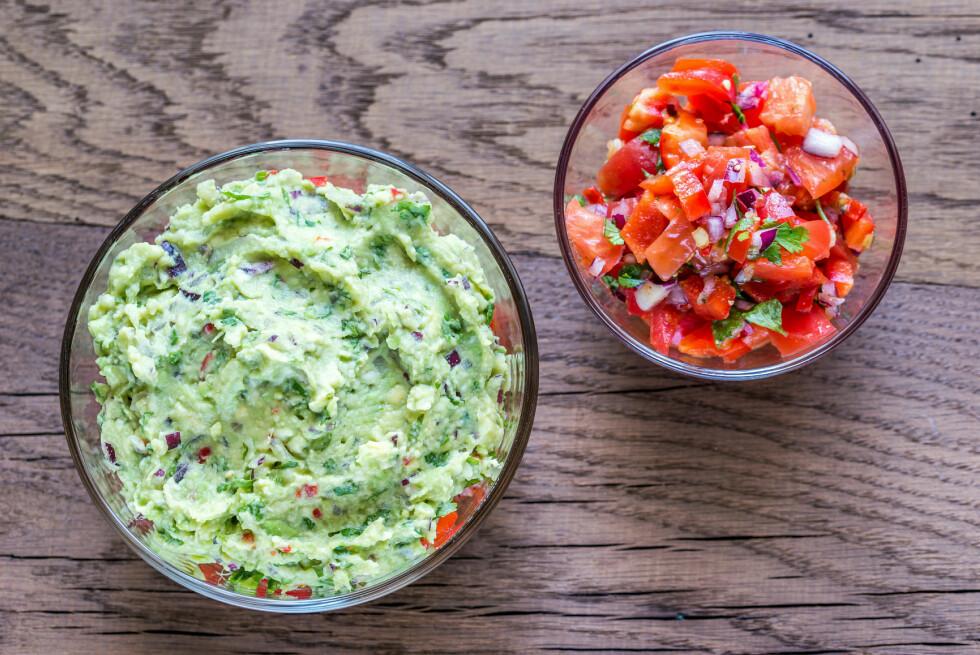 HJEMMELAGET GUACAMOLE OG SALSA: Ingenting smaker bedre enn hjemmelaget guacamole og salsa.  Foto: Shutterstock / alexpro9500