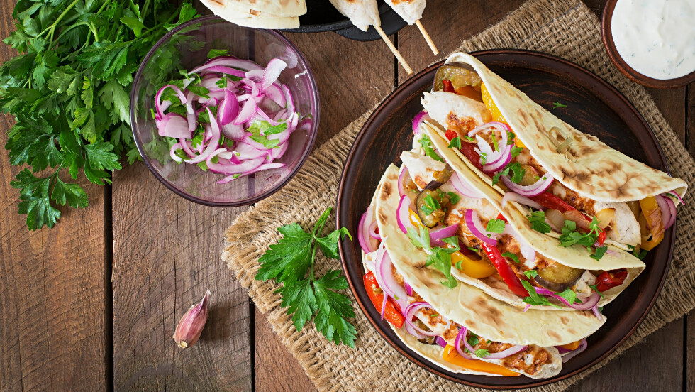 SUNNERE TACO: Du kan spare deg for en god del fett og kalorier dersom du bytter ut et par ingredienser i fredagstacoen.  Foto: Shutterstock / Timolina