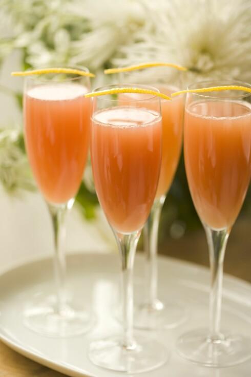 MIMOSA: Bland ut champagne eller musserende med litt juice, så får du en perfekt mimosa og kanskje litt mindre skallebank første nyttårsdag. Og så ser det stilig ut og da! Foto: StockFood