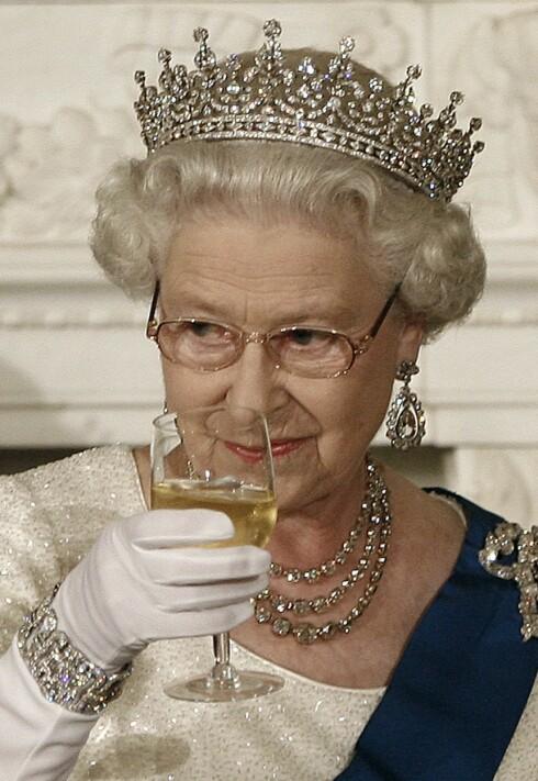 GJØR SOM DRONNINGEN: Dronning Elizabeth har ofte isbiter i sine hvitvinsglass - da får du i deg litt vann samtidig som du koser deg med vinen. Foto: Reuters