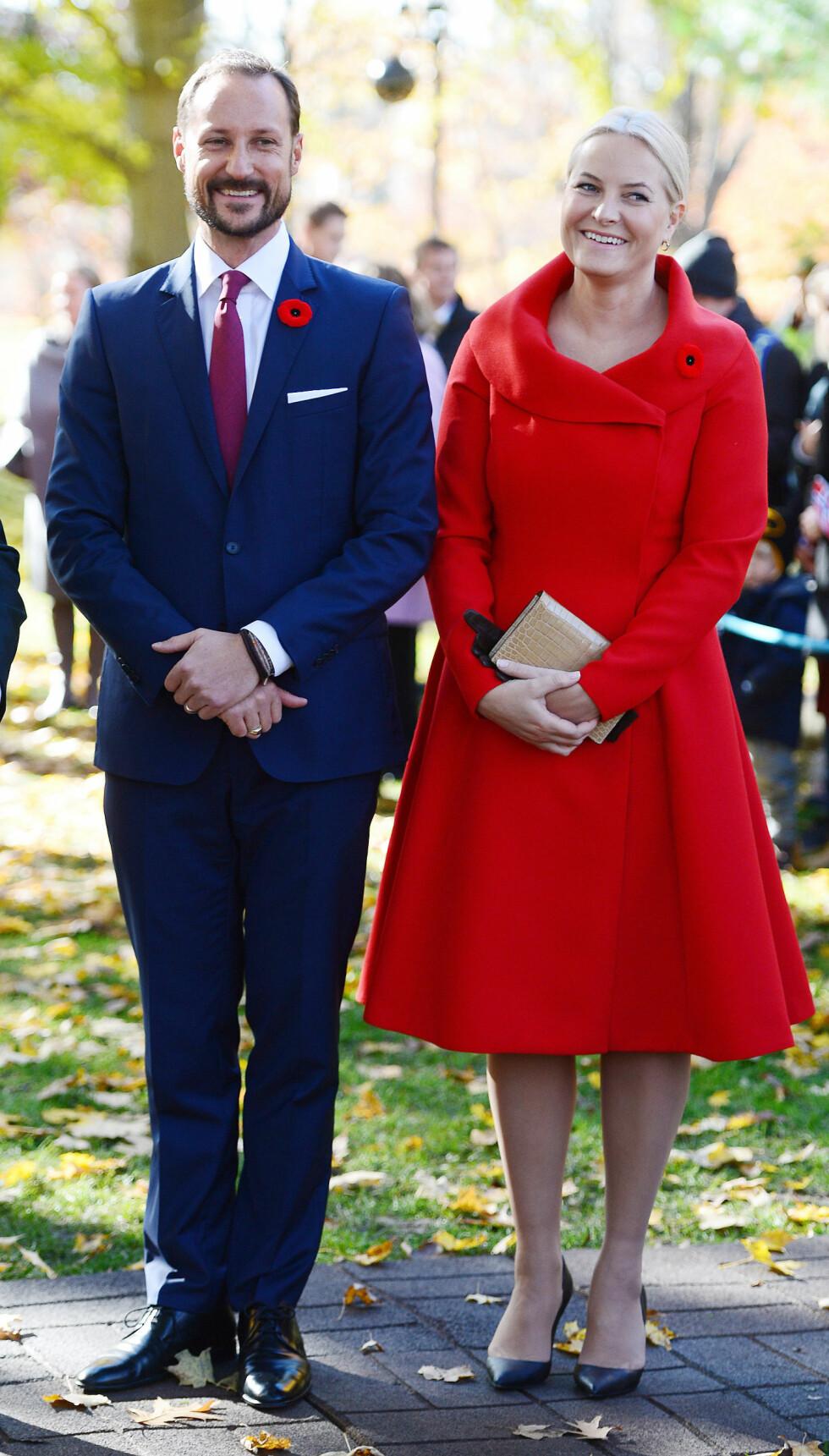 I RØDT, HVITT og BLÅTT: Krpnprinsesse Mette-Marit og ektemannen kronprins Haakon stilte i det norske flaggets farger da de deltok på et arrangement i Ottawa i Canada i november. Foto: NTB Scanpix