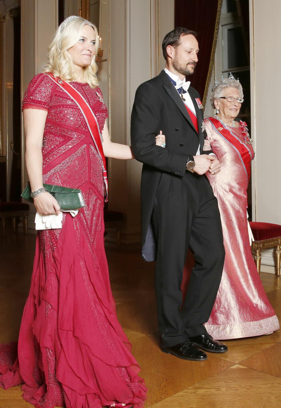 GJENBRUK: I mars deltok kronprinsparet på Diplomatmiddag på Slottet, og kronprinsesse Mette-Marit gikk for en gammel klassiker - nemlig den fantastiske kreasjonen fra Pucci. Her med kong Haralds søster Prinsesse Astrid, fru Ferner. Foto: NTB Scanpix